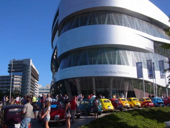 über 60 500er vor dem Mercedes Museum